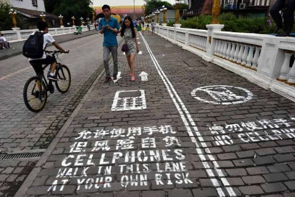china_cell_phone_walkway