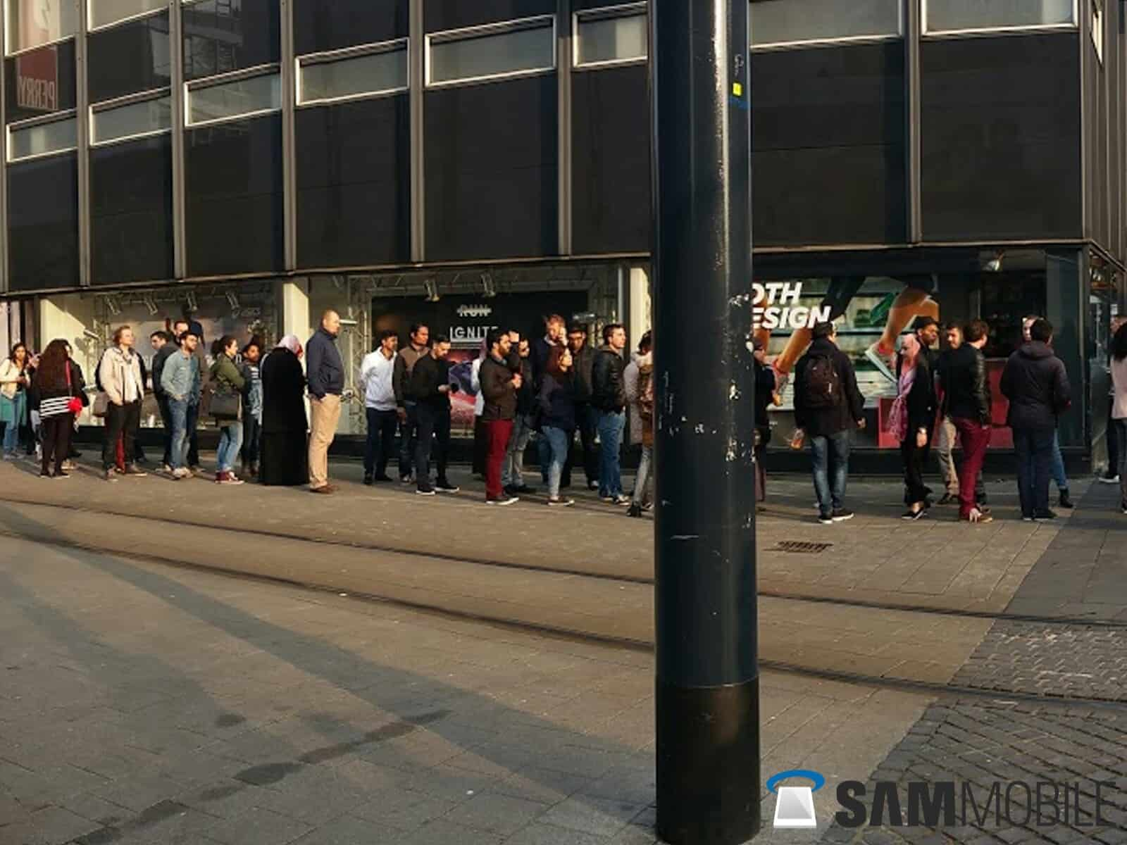 Samsung Galaxy S6 and S6 Edge line in Rotterdam 1
