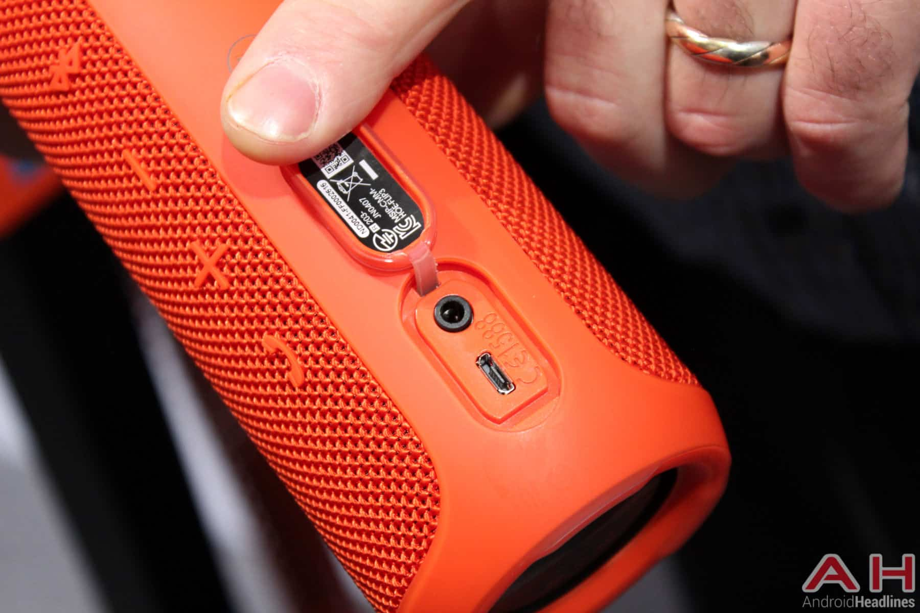 jbl flip 3 red. for those interested, check out our hands-on images below a closer look at the jbl flip 3 bluetooth speaker jbl red