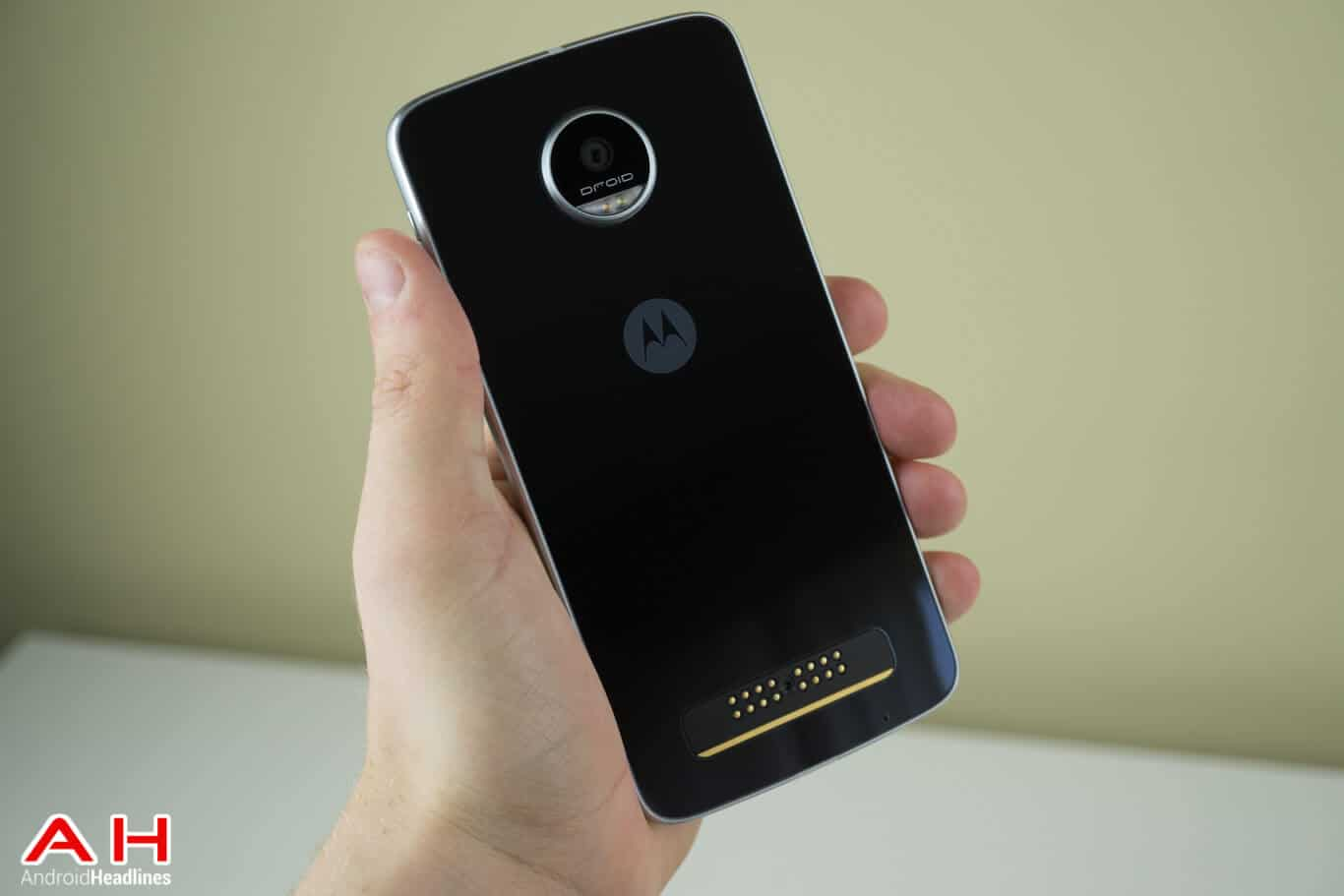 Moto z moto z play now available in india price specifications and - The Moto Z Play Packs In 3gb Of Ram And 32gb Of Storage A 3 510mah Battery And A 16 Megapixel Rear Facing Camera Android 6 0 1 Marshmallow Comes