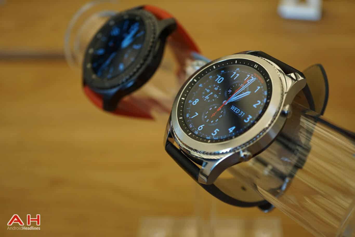 video hands on samsung gear s3 classic gear s3 frontier. Black Bedroom Furniture Sets. Home Design Ideas