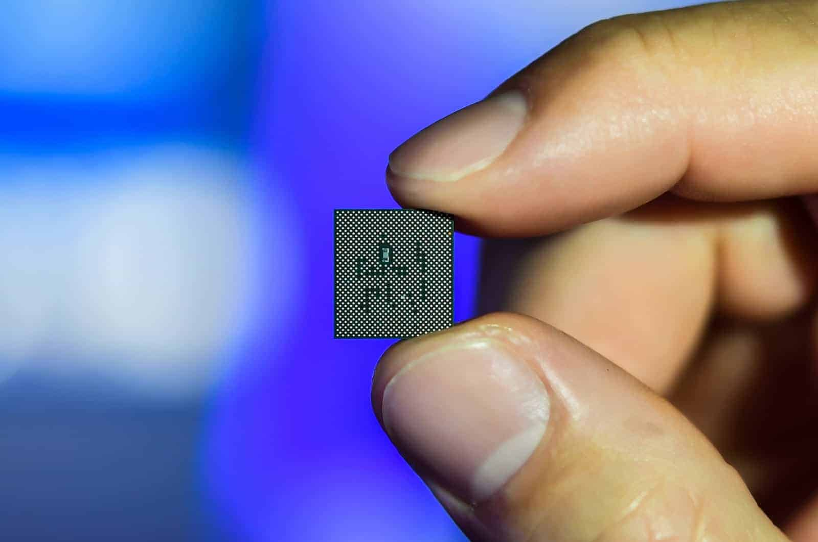 Qualcomm Snapdragon 765 5G Chip In Hand 01