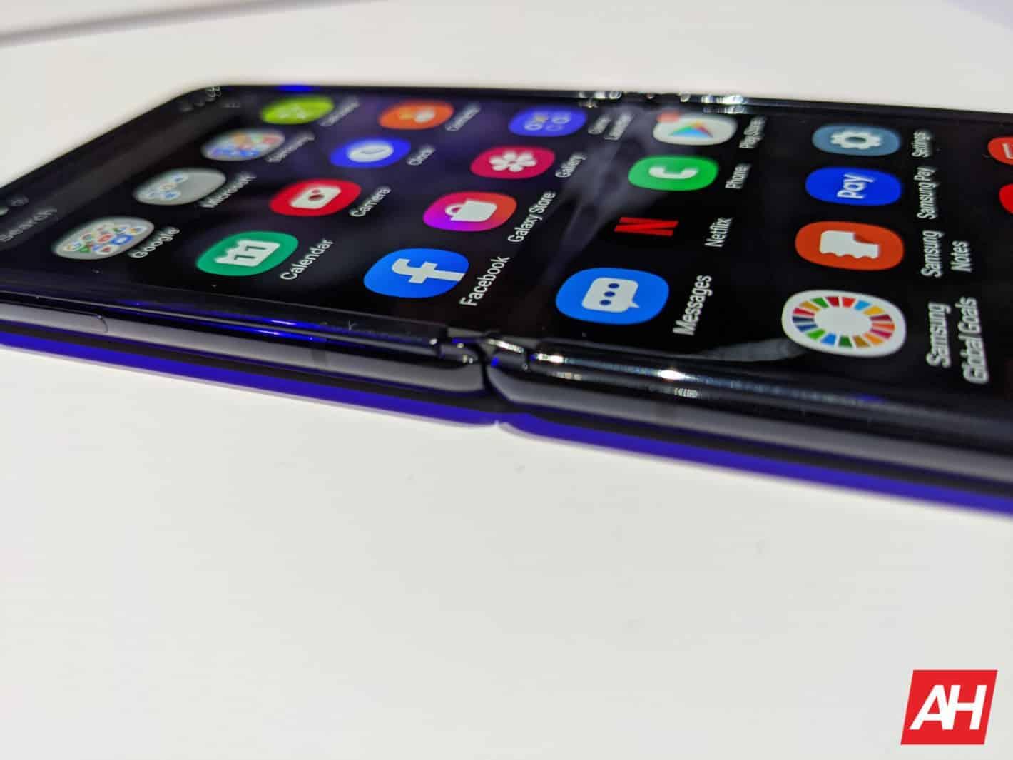 La main sur le Samsung Galaxy Z Flip