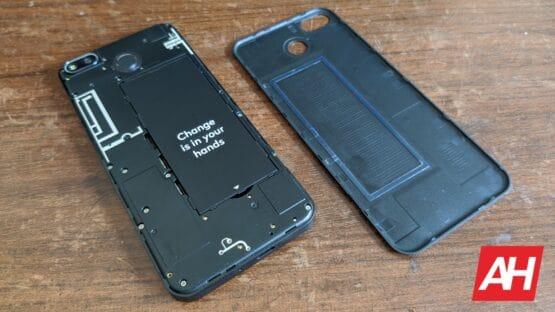 AH Fairphone 3 Plus backplate off
