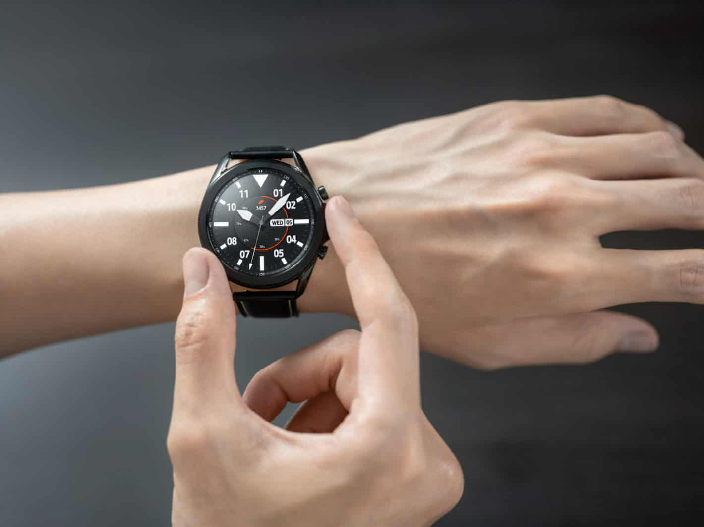 Galaxy Watch3 Mystic Black Front Hands On Lifestyle